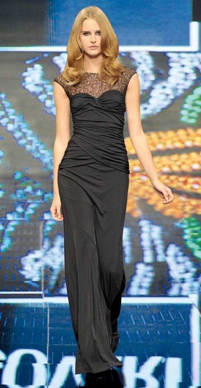 Vestido de noche largo en color negro silueta de columna.