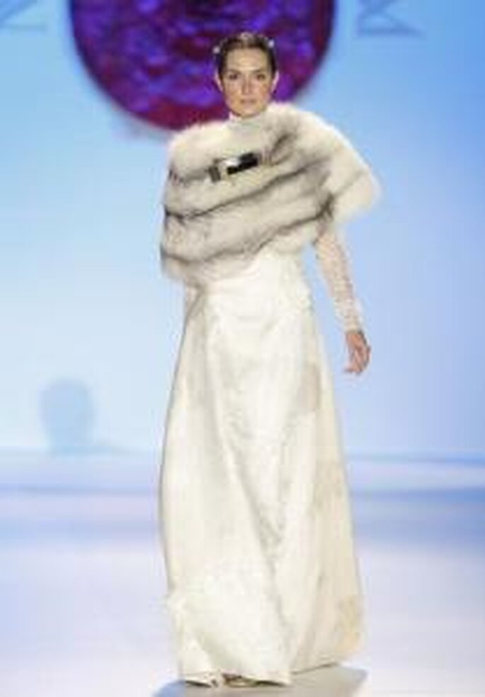 Model Novias 2010 - Vestido largo de manga larga en encaje, abrigo en piel artificial corto
