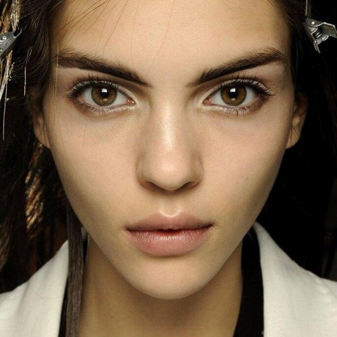 Aplica una sombra con brillos en el lagrimal para darle más intensidad a tus ojos - Foto MAC Cosmetics