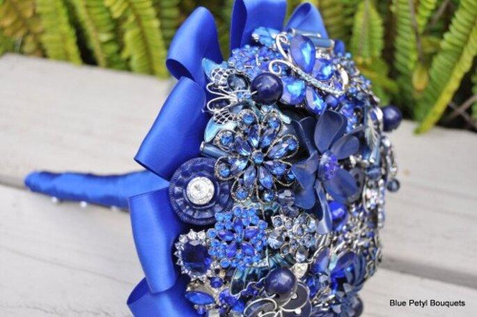 Inspírate en la realeza y dale un toque chic a tu boda con este azul intenso - Foto Blue Petyl Bouquets