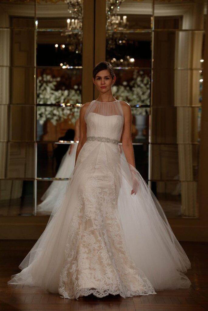 Vestido de novia con un hermoso cuello ilusión de tul fruncido y la más linda confección con encaje - Foto Romona Keveza