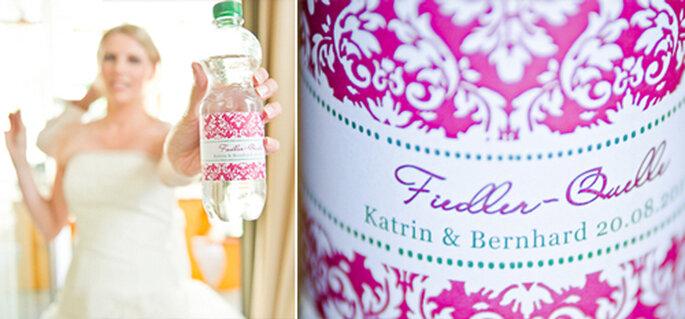 Pretty in pink - sogar das Hochzeitswasser überzeugt mit pinkem Label. - Foto: jonpride.com