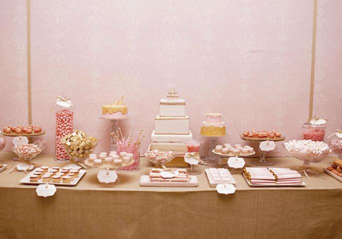 Decoración de mesa de postres para boda en tonos rosas y ocres - Foto Amy Atlas