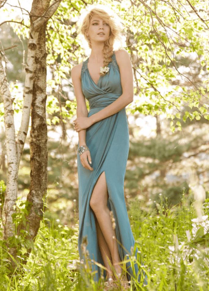 Vestido para dama de boda en color azul con abertura al frente y escote en V - Foto Occasions en JLM Couture