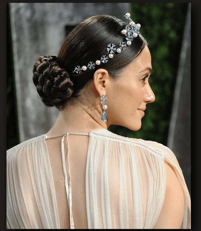 Emmy Rossum con una tiara que adorna su trenza - Foto Getty Images