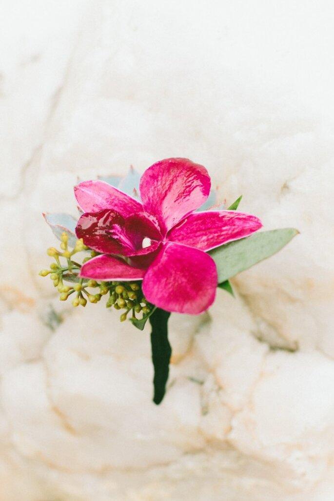 Puedes integrar una flor en un color vibrante para darle vida al look de tu chico - Foto Wai Reyes Photography