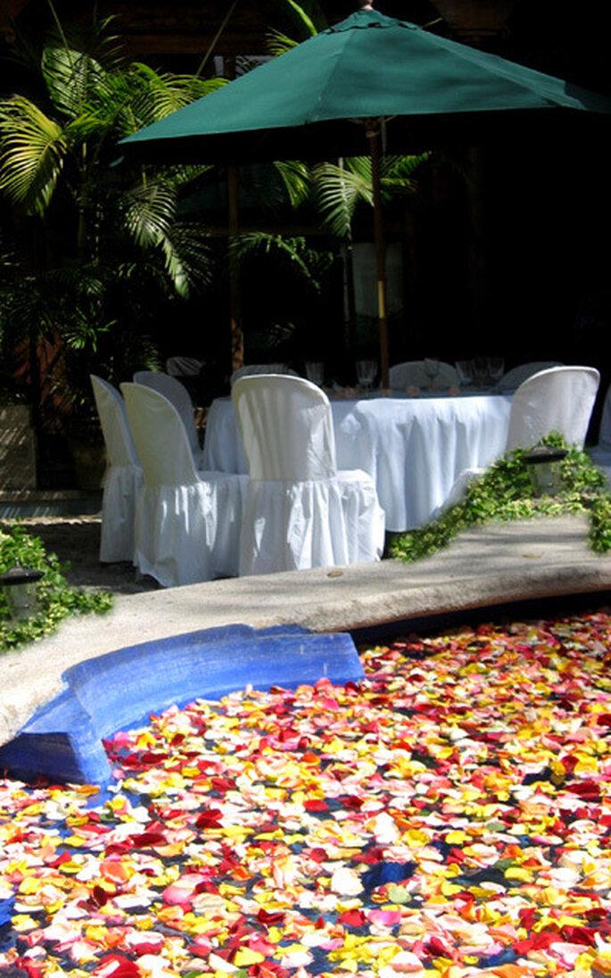 Petali in piscina e tavoli all'ombr aper creare nun ambiente ospitale e rilassante