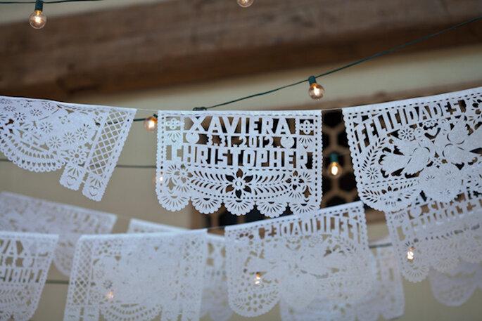 Decoración con papel picado para boda - Foto Jenny DeMarco Photography