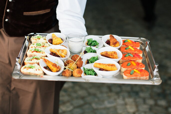 Knusprige Gewürzpolenta auf Kidneybohnensalat, Falafelbällchen mit Minzjoghurt, Aufstrichbrötchen, Blini mit Olive& Rucola