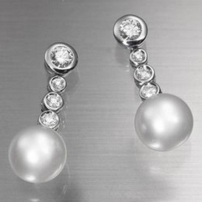 Pendiente semilargo desmontable: la hilera con tres brillantes y perla es extraíble, permitiendo dos exquisitas variantes en pendientes