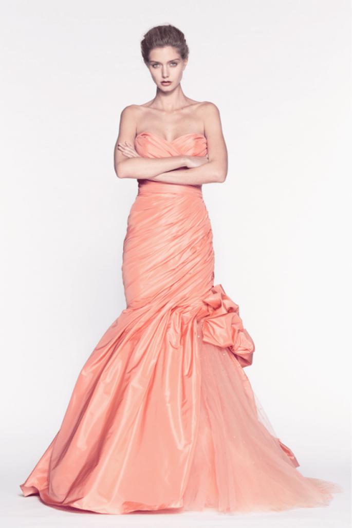 Vestido de fiesta largo en color naranja sutil con silueta sirena con escote strapless y lazo en el costado - Foto Reem Acra