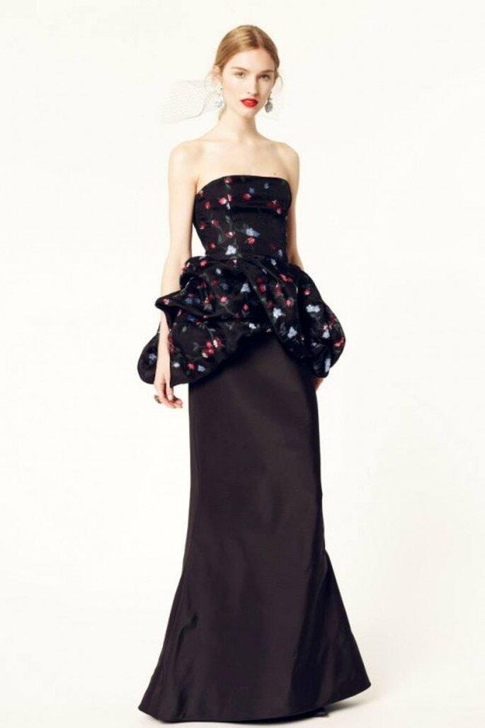 Vestido de fiesta 2014 en color negro con silueta peplum, escote strapless y estampado de flores - Foto Oscar de la Renta