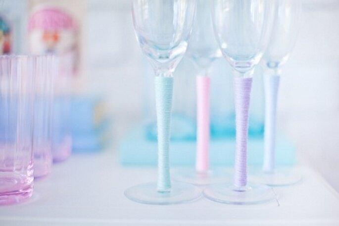 Bicchieri decorati. Foto: Melody Gibbs via stylemepretty.com