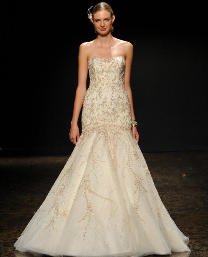 Vestido de novia corte sirena con escote palabra de honor y detalles en tono oro - Foto Lazaro