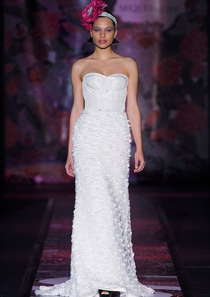 Brautkleid ohne Ärmel mit Betonung auf dem Dekolleté - aus der Kollektion Miguel Suay