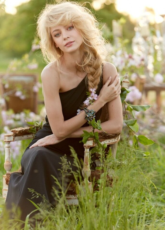 Vestido en color negro para dama de boda con escote asimétrico - Foto Occasions en JLM Couture