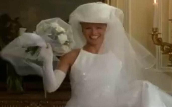 Una novia moderna y audaz. Con guantes, sombrero y velo