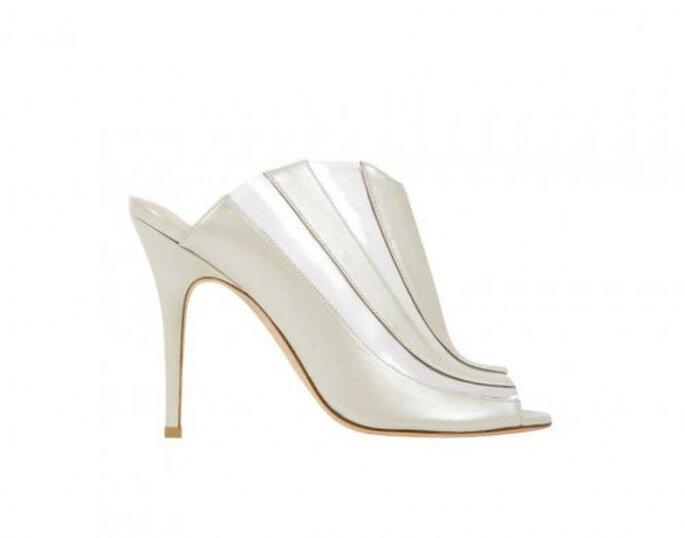 Zapatos para novia 2014 en color blanco sin contrafuerte y con tacón alto - Foto Monique Lhuillier
