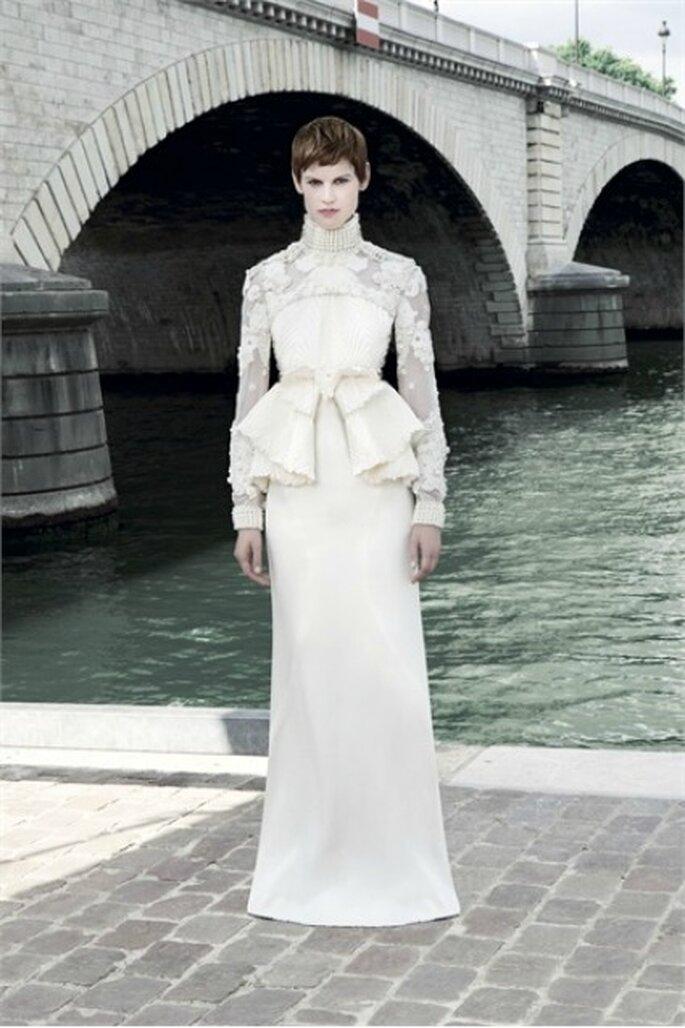 Corpetto scenografico con grande fiocco centrale e gonna liscia per questo Givenchy Haute Couture 2011-2012