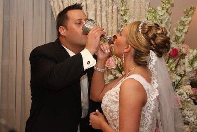 Una taza de boda tradicional se utiliza en la mayoría de bodas alemanas