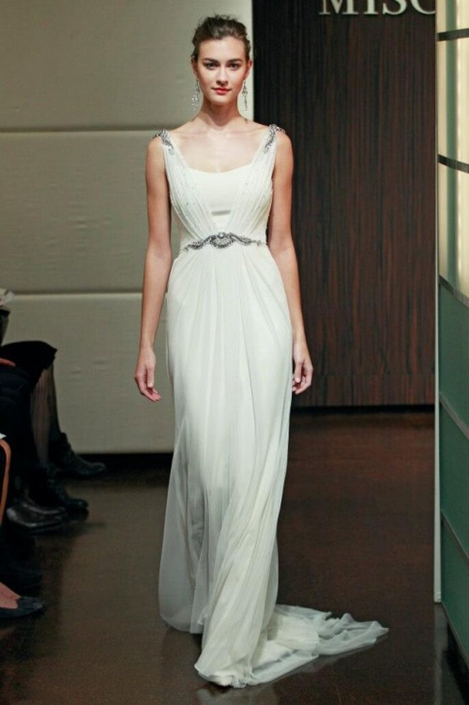Vestido de novia con telas fluidas y mucho movimiento - Foto Badgley Mischka