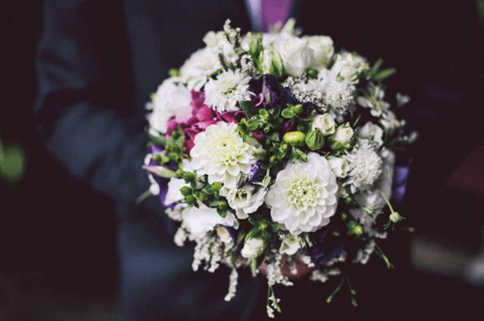 Ramos de novia en color vino y morado. Fotografía Nancy Ebert