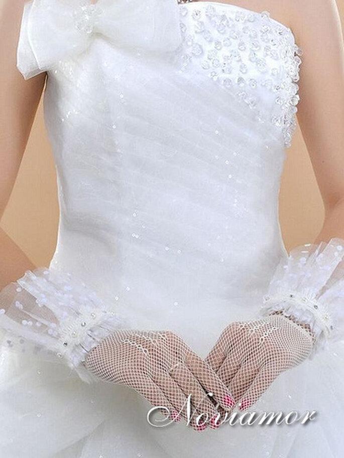 Guantes cortos para novias de encaje color blanco. Foto de Noviamor
