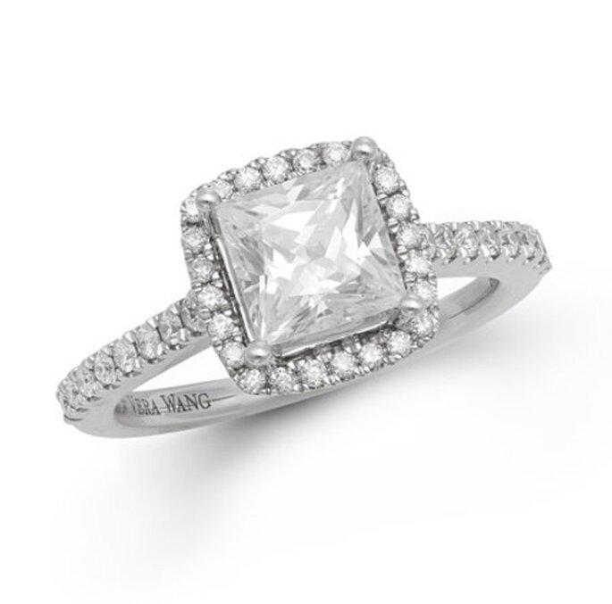 Anillo de compromiso con un diamante corte princesa - Foto Vera Wang LOVE