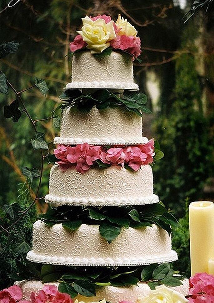 Herbstliche Hochzeitstorten werden mit Marzipan-Blättern und saisonalen Früchten dekoriert –Foto: tarta