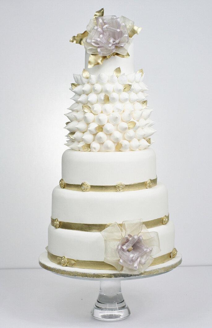 Pastel de boda en estilo rococó. Victoria Watkin Jones via Victoria Made