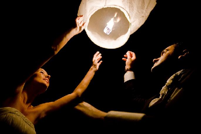 Skylaternen zur Hochzeit sind eine romantische Überraschung! Foto: Events by Stefania