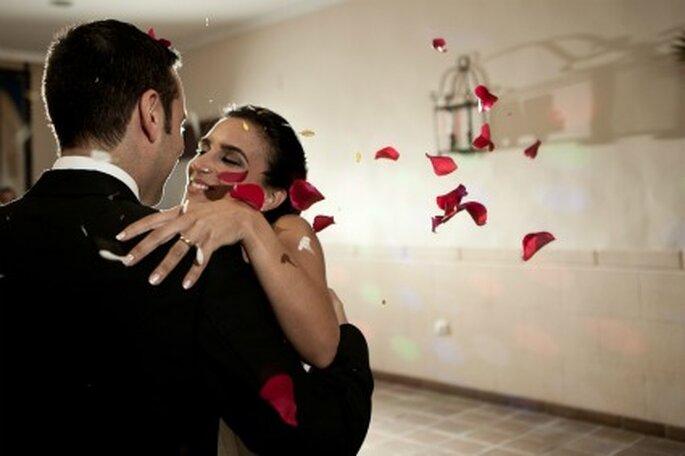 Los novios, Carmen y Pepe rodeados de pétalos de rosa- Foto: Valentín Gámiz