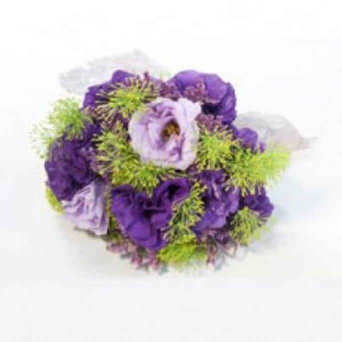 Exquisito bouquet en lila y violeta, con toques de verde que le otorgan una gran frescura: el ramo indicado para un casamiento campestre.