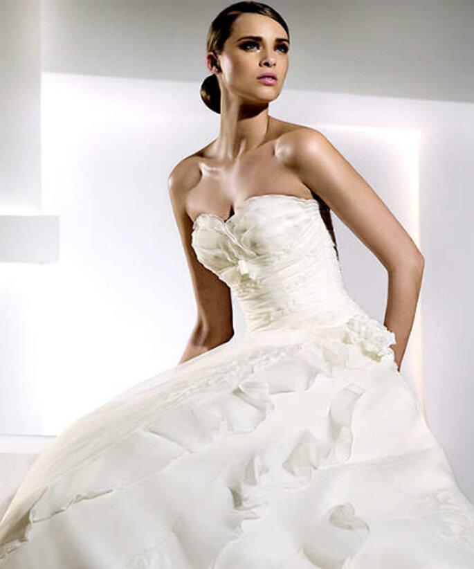 Otro vestido con escote palabra de honor y detalle en busto.