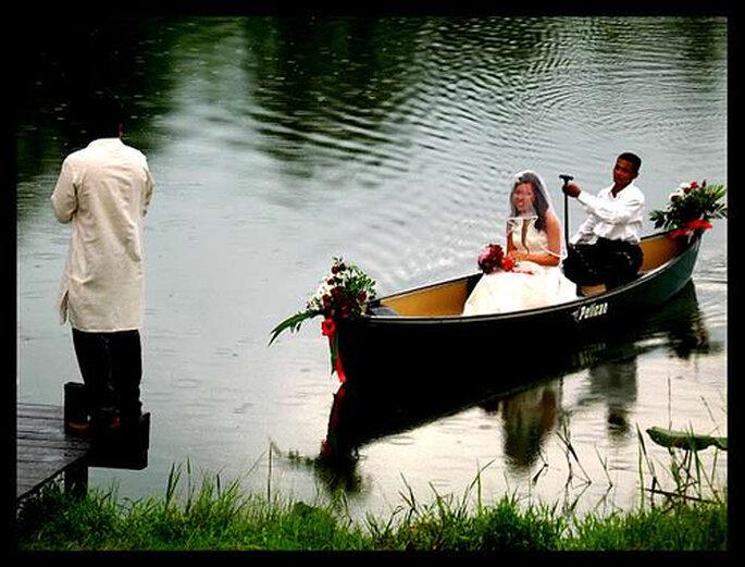 La sposa arriva sulla barca. Foto via Pinterest