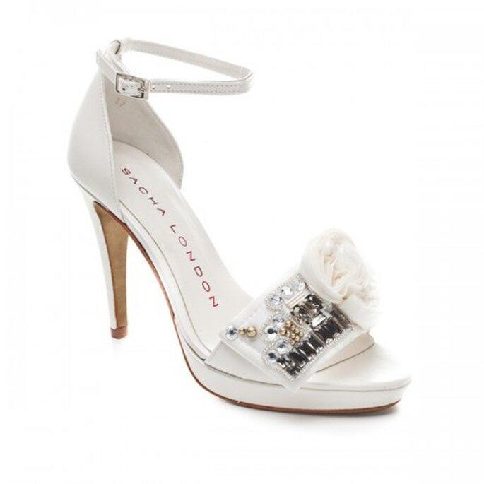 Zapatos de novia abiertos con pedreria y cinto al tobillo - Foto Sacha London
