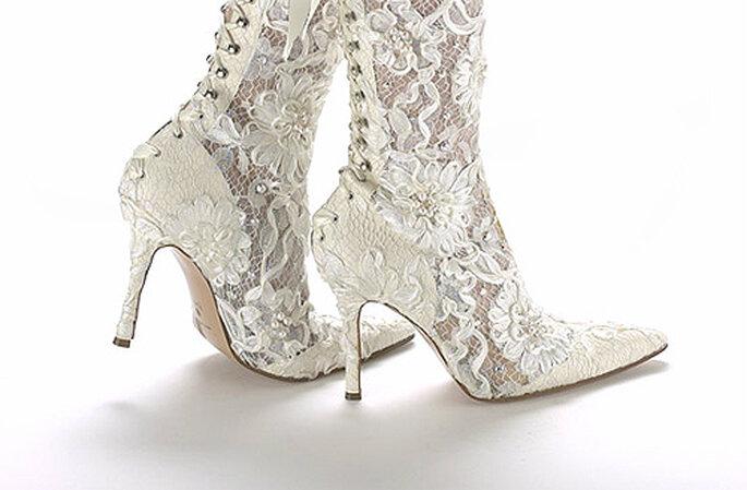 Botas de novia con lazada trasera y detalles de encaje, de Anello & Davide