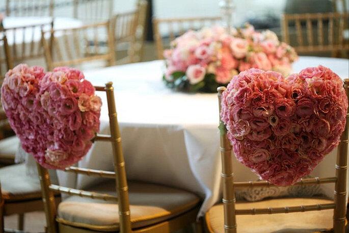 Corazones de rosas para decorar las sillas. Foto: Boutique de Tres Deco