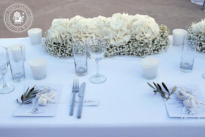 Mesa larga de banquete decorada con flores naturales. Foto: Fabio Zardi