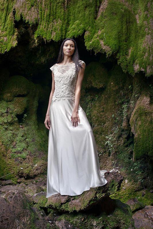 '6': une magnifique robe de mariée longue de la nouvelle collection '7'
