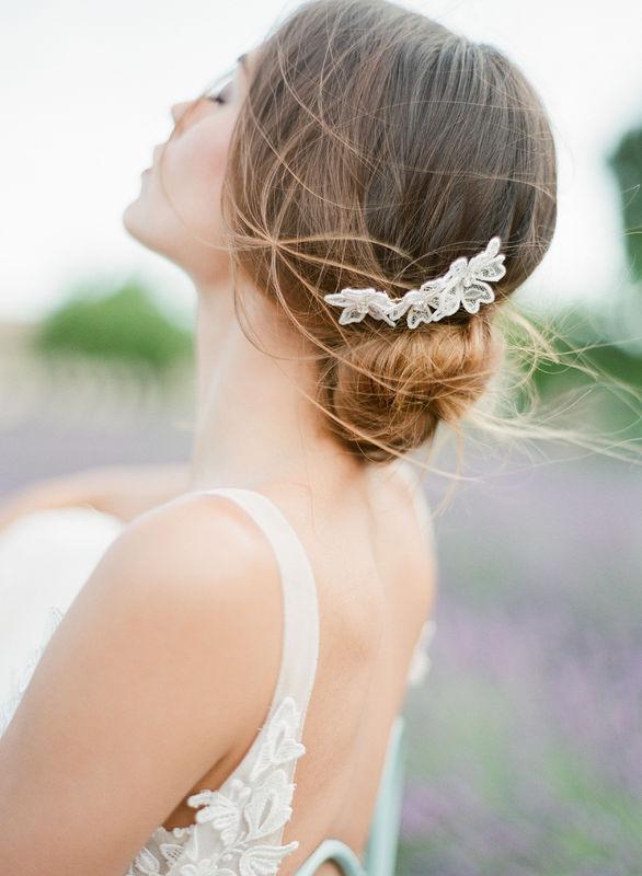Peigne haut de gamme Arsène. Fleurs au style contemporain en dentelle de chantilly.
