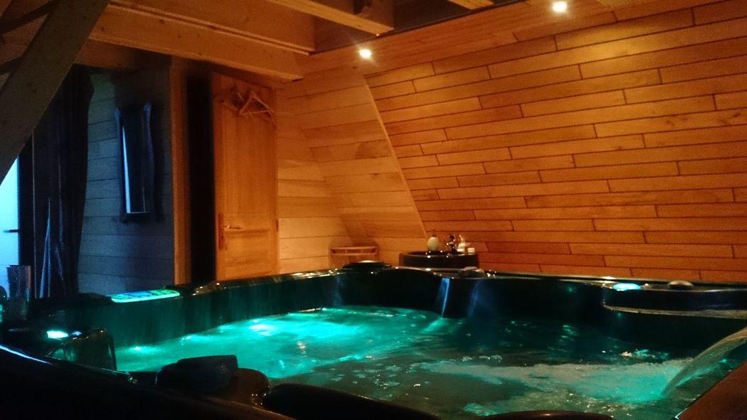 Un jacuzzi privatif dans un lodge pour 2 personnes