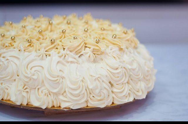 Bolo Anos 60 - Bolo de baunilha recheio de beijinho de coco cobertura de cream cheese e chocolate branco