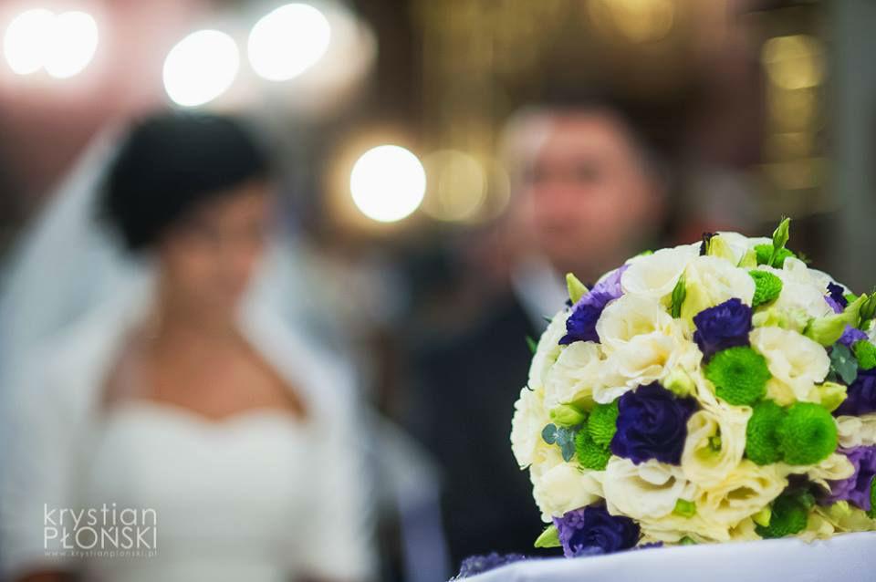 Bukiet ślubny z odcieniami zieleni, granatu i bieli