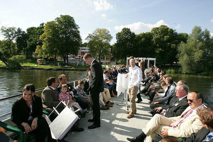 Beispiel: Hochzeitsgesellschaft auf dem Loungeboot, Foto: Dämeritz Seehotel.