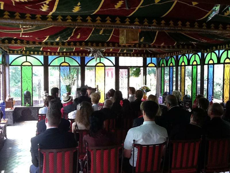 Beispiel: Hochzeitsgesellschaft im Trauzimmer, Foto: Le Marrakech.