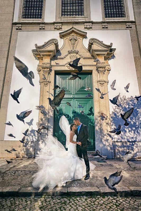 Sessão de noivado à porta da Igreja