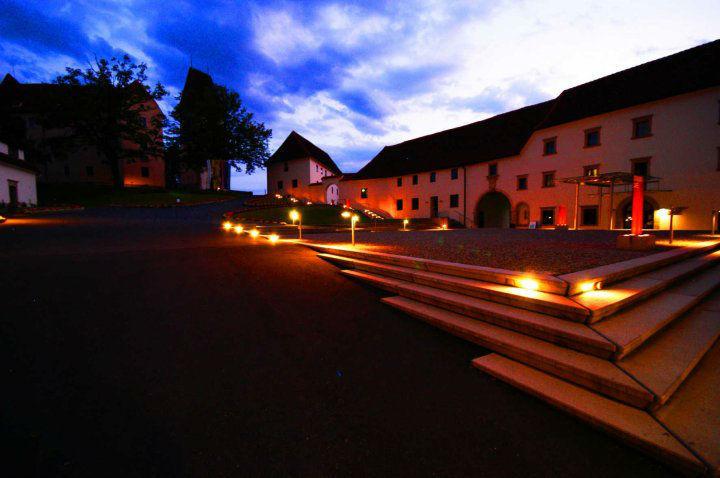 Beispiel: Schlosshof bei Nacht, Foto: Schloss Seggau.