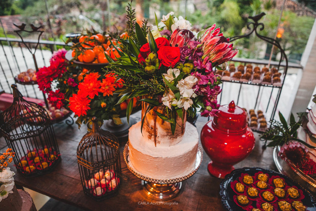Mix Vintage e Semi Naked com flores naturais