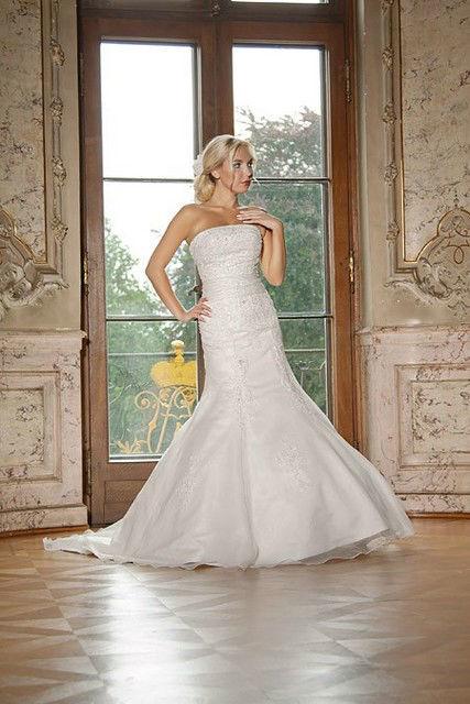 Beispiel: Brautmode, Foto: Rotensia Braut- und Festmode.